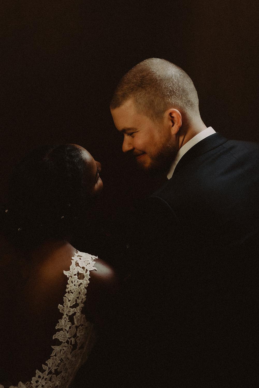supersaxo sion photo couple mariage bonheur portrait couple lumiere clair obscur mariee sourire emotion tendresse