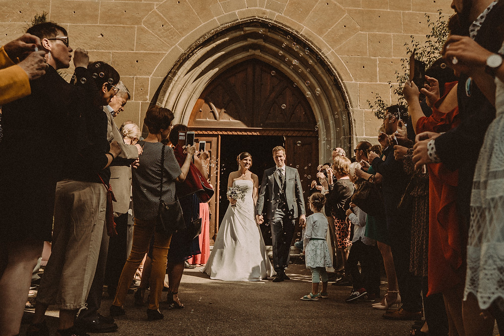 sortie eglise mariage eglise saint michel fribourg joie invites bulles savon sourires