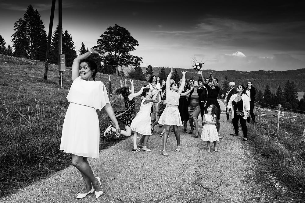 lancer bouquet montagne neuchatel marie mariage fille joie rire
