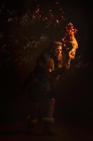 shooting photo fine art inspiré par les tableaux de maîtres clair-obscur,  photoshoot créatif  femme viking cave préhistoire ambiance flamme