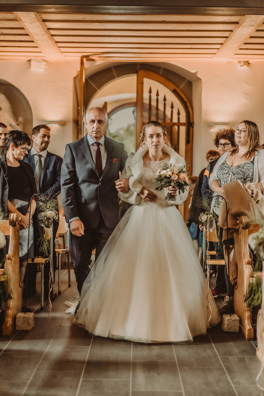 photographe mariage suisse emotion mariee jour J eglise praroman entree pere fille