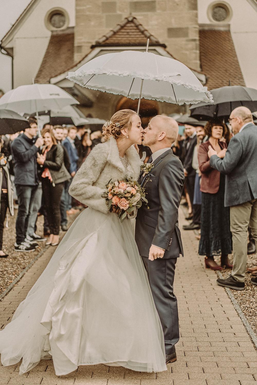 photographe mariage suisse emotion mariee jour J eglise praroman haie d'honneur vive les maries