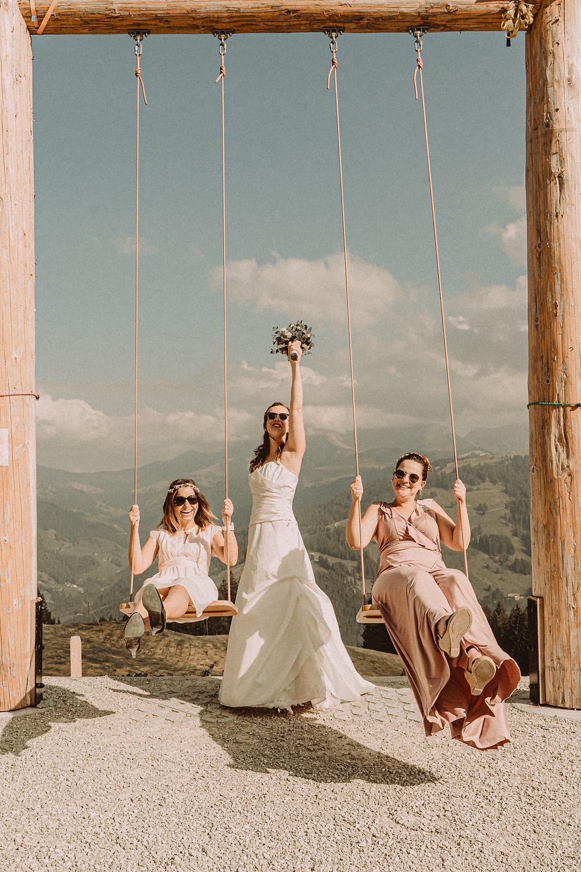 Berghaus Gurli mariage balancoire suisse montagne panorama ceremonie invites joie rire photographe mariage fribourg suisse montagne mariee demoiselles d'honneur balançoire rire robe rose soleil