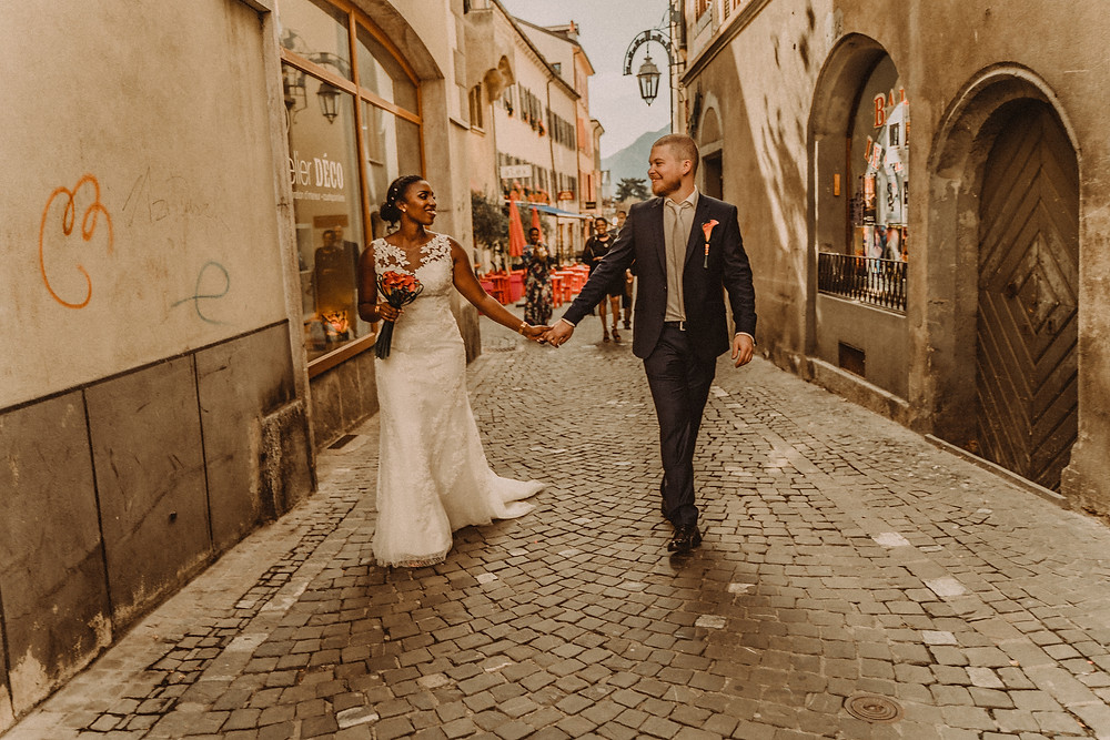 supersaxo sion photo couple mariage bonheur portrait couple lumiere clair obscur mariee sourire emotion tendresse sion rue
