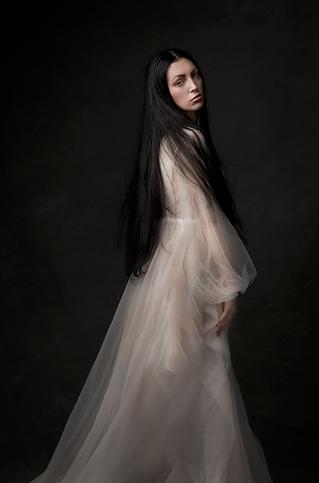 shooting photo fine art inspiré par les tableaux de maîtres clair-obscur,  photoshoot créatif la dame blanche fantôme