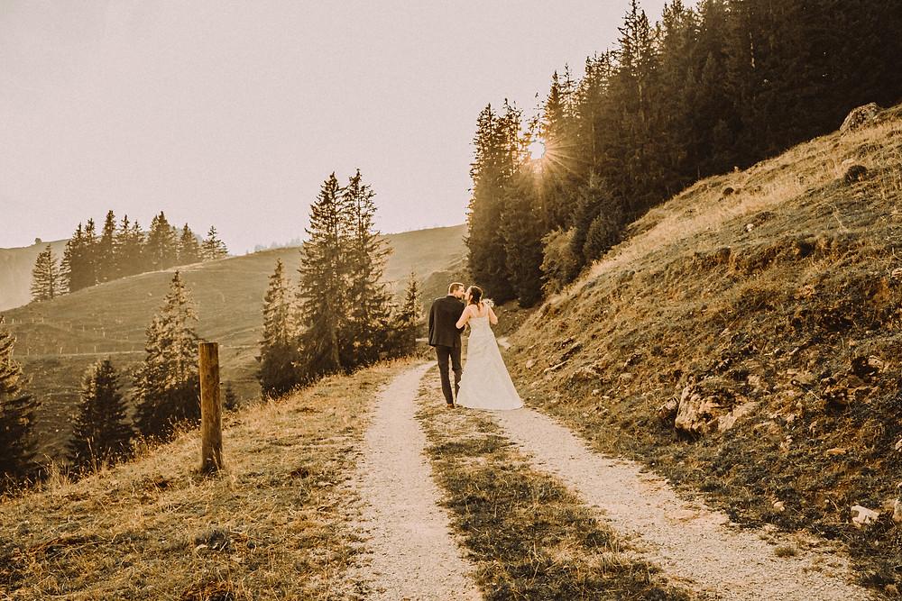 Berghaus Gurli mariage balancoire suisse montagne panorama ceremonie invites joie rire photographe mariage fribourg suisse montagne ceremonie cadeau invités photos de couple  vache soleil chalet