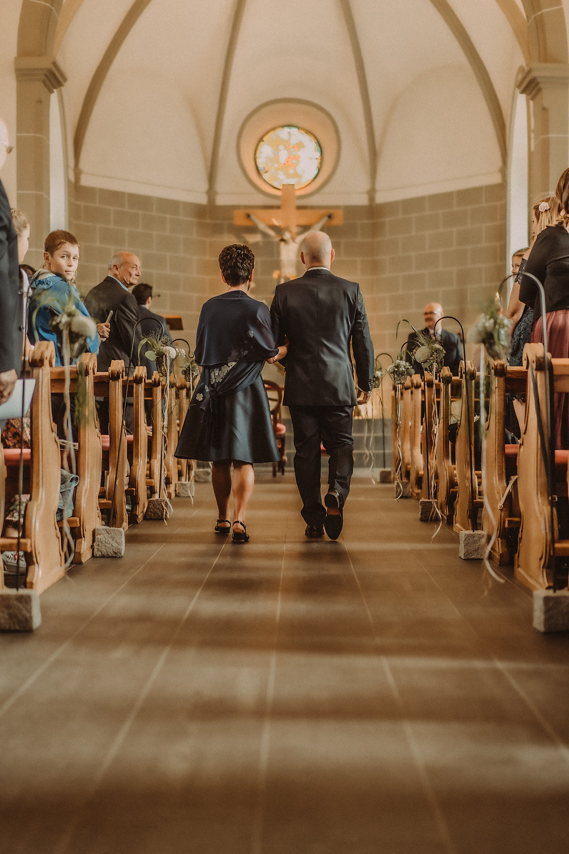 photographe mariage suisse emotion mariee jour J eglise praroman entree mari maman