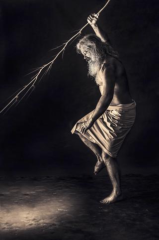 shooting photo fine art inspiré par les tableaux de maîtres clair-obscur,  photoshoot créatif barbu sauvage éclairs fin du monde émotion