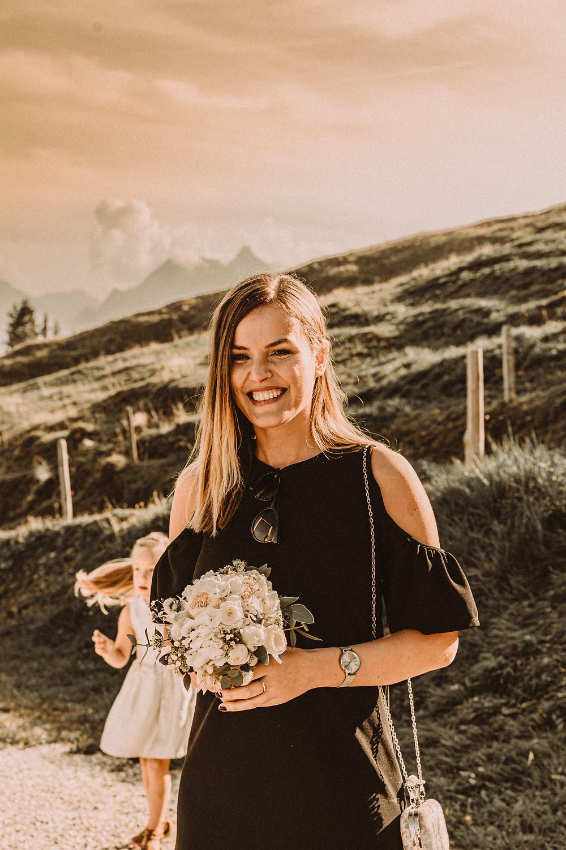 Berghaus Gurli mariage balancoire suisse montagne panorama ceremonie invites joie rire photographe mariage fribourg suisse montagne ceremonie cadeau invités lancer bouquet enfant fleurs