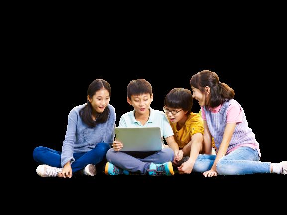在光點創意教室開心學習的孩子們一起看著電腦討論著