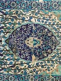 חולמי העיר: מאה שנה לבריטים | כחול על האבן קרמיקה ארמנית