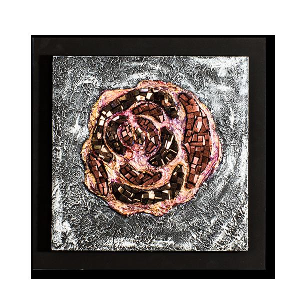 Gros plan d'une rose stylisée en mosaïque contemporaine par Katia Giton