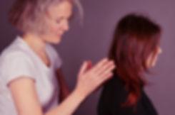 l'image montre Fleur Szabo pratiquant le Amma sur une jeune femme