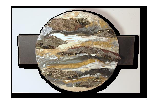 Tableau circulaire dans les tons beiges et gris aux lignes horizontales évoquant les nuages et les mers d'une planète dont les terres sont en écorces de bois.