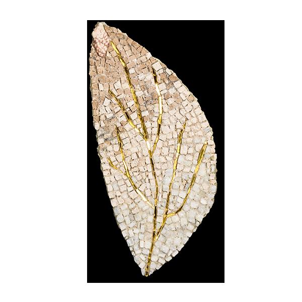 Décoration murale constituée d'une feuille de marbre aux nervures dorées