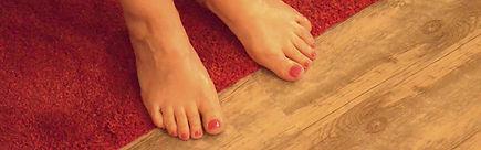 la photo montre des pieds sur le tapis de Maryse Théau Laurent réfléxologue