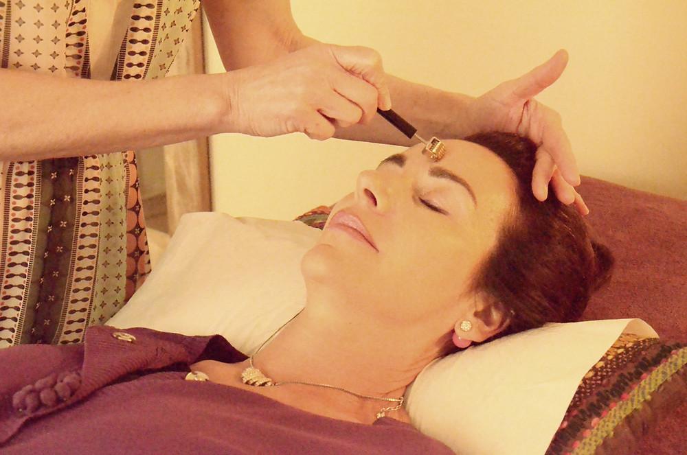 Maryse théau laurent pratique le Dien Cham ou réflexologie faciale sur une femme