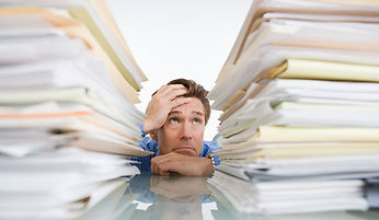 On voit un homme stressé par son travail