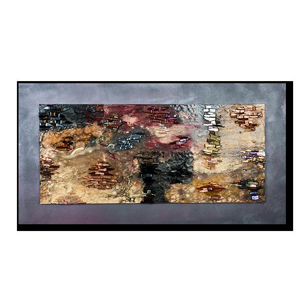 Katia Giton réalise un tableau dont le fond en peinture couleurs de nuit est rehaussé d'émaux.