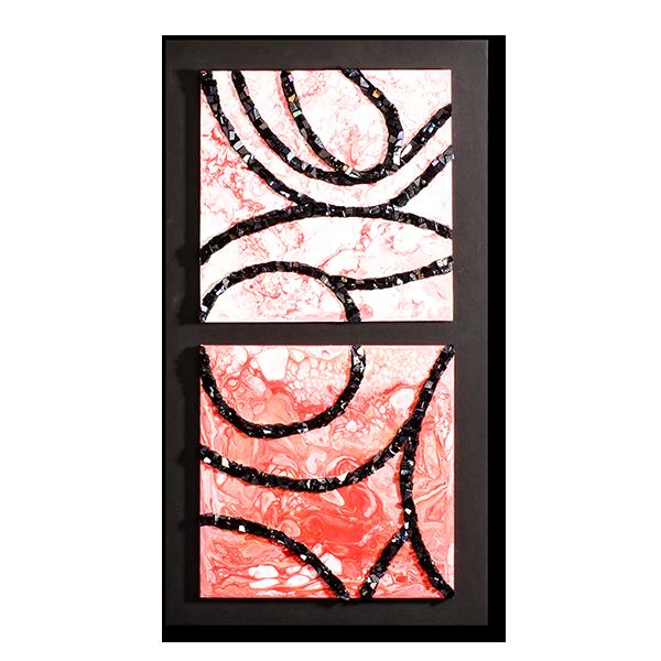 Un dyptique de mosaïque contemporaine sur fond marbré rouge et blanc par Katia Giton