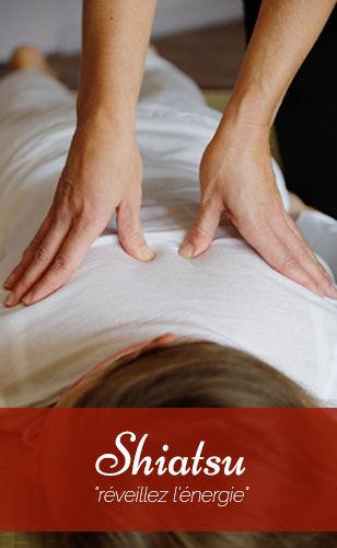 Anne Sophie Renaudin soulage le dos d'une jeune femme par pression des pouces.
