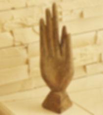 la photo montre une sculpture de main présente dans le cabinet de Maryse Théau Laurent reflexologue
