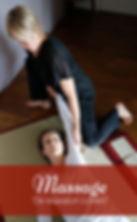Photo d'illustration du massage Coréen, on voit Anne Sophie Renaudin, pratiquer un étirement du bras sur une personne allongée sur un tatamis