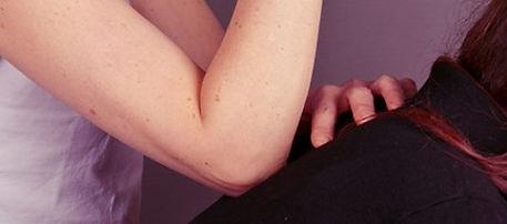 FleurSzabo pratiqu un amma, elle pose son coude sur le dos d'une receveuse