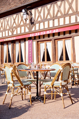 Une table de la terrasse