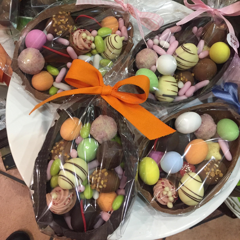 Mezze uova di cioccolato con praline