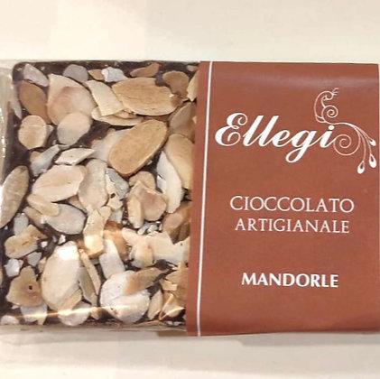 Tavoletta di cioccolato artigianale con scaglie di mandorle