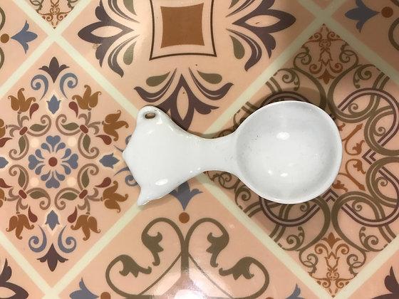 Cucchiaino dosatore in ceramica bianca