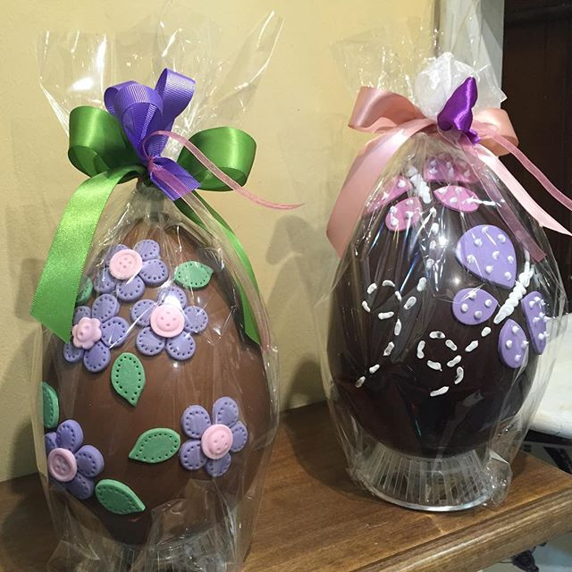 Uova primaverili decorate a mano
