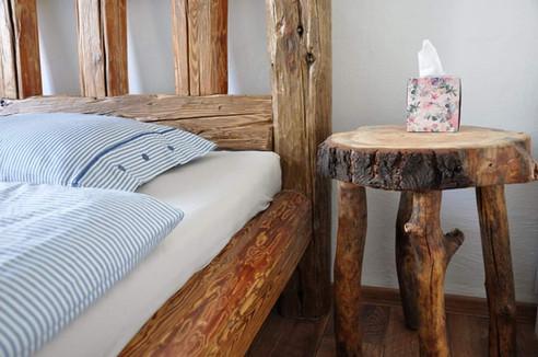 Detail voskované trámové postele