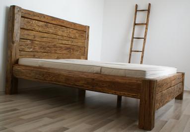 Manželská postel ze starých trámů
