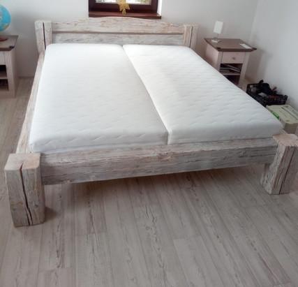 Masivní manželská postel