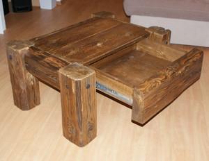 Masivní konferenční stolek se zásuvkou