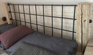 Manželská postel s kovanými prvky