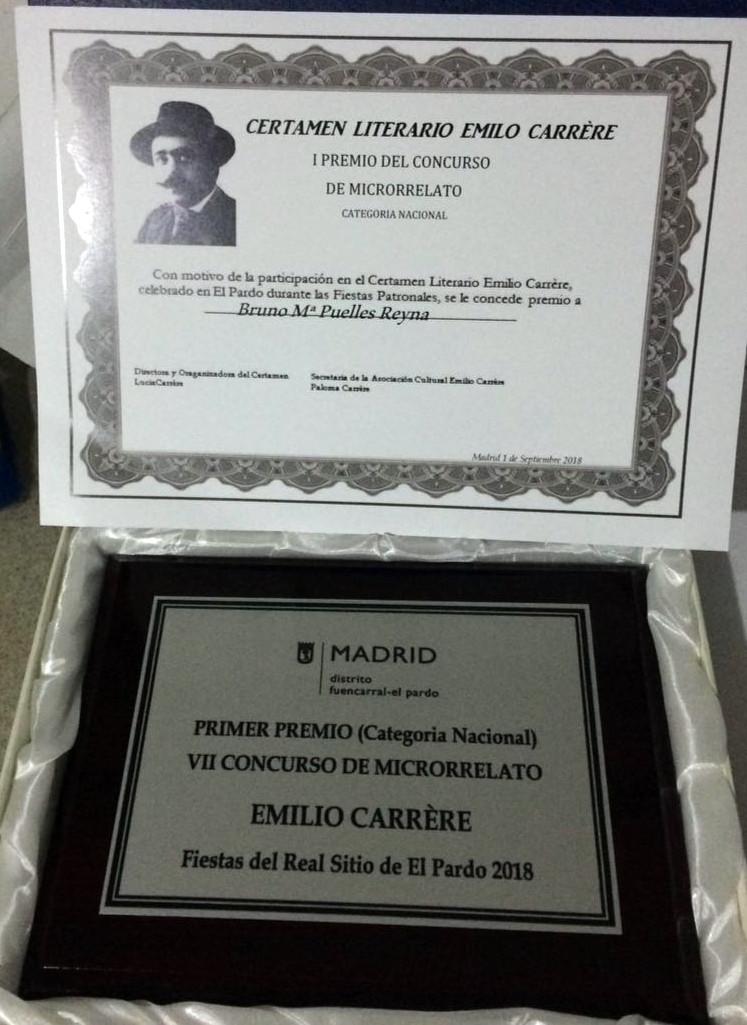 Certificado del primer premio de microrrelato y placa conmemorativa.