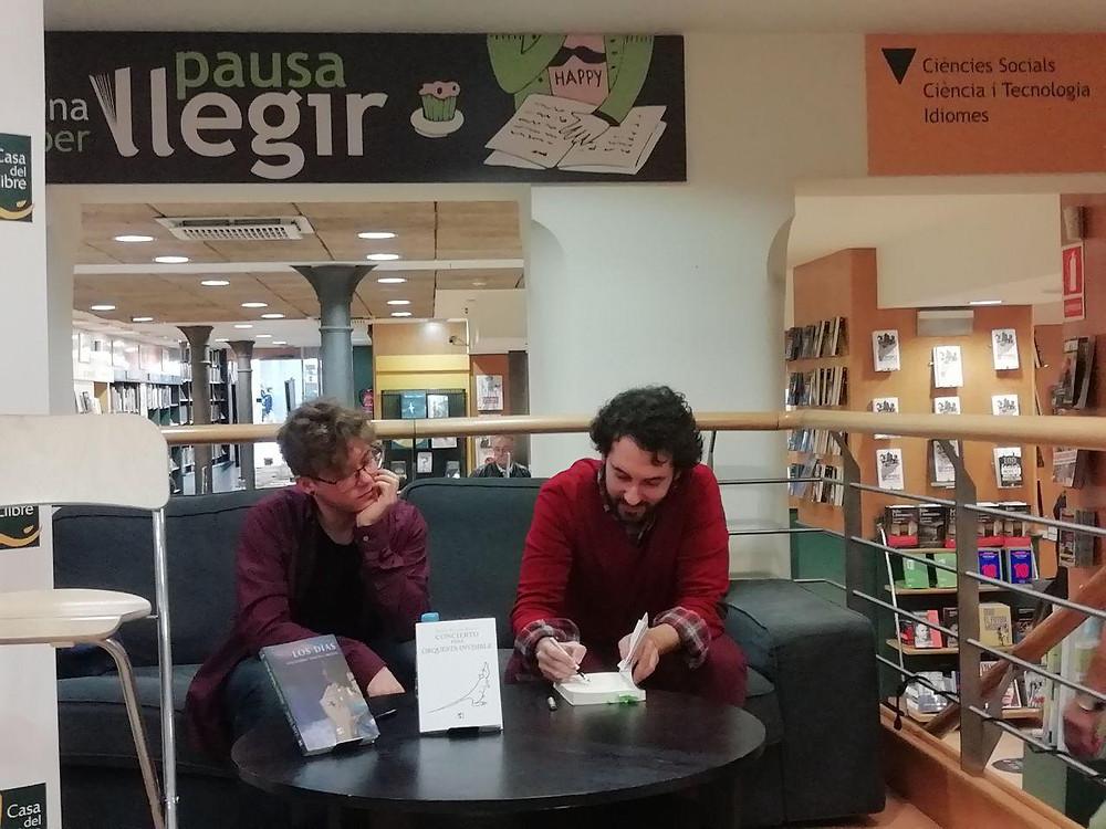 Alejandro Molina y Bruno Puelles en la firma de libros siguiente a la presentación de sus novelas en Barcelona, noviembre 2018