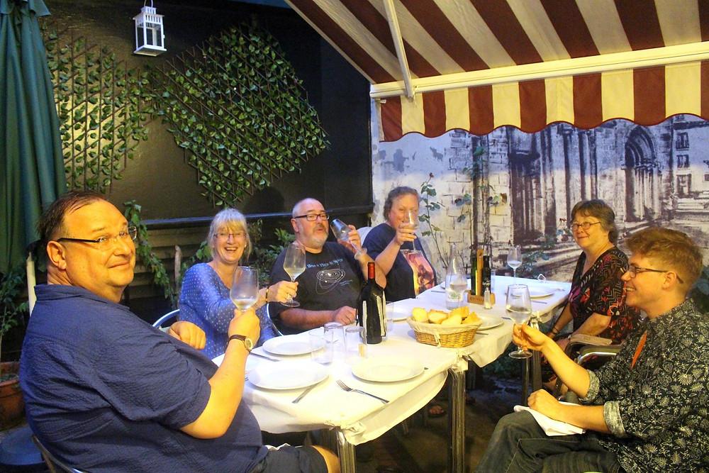 Cena en el festival Celsius. En la fotografía aparecen Ian y Helen Whates, Enid Crowe, Ian Mcdonald, Lisa Tuttle y Bruno Puelles