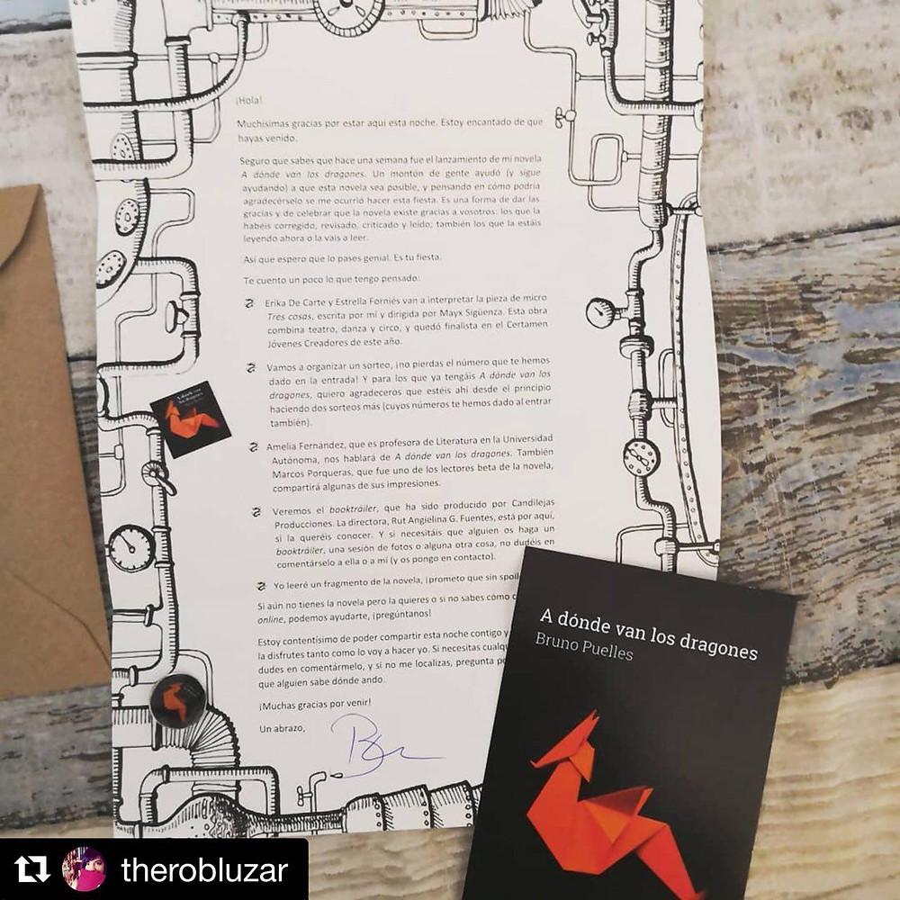 Chapa, pegatina, pin y postal entregados en la presentación de la novela A dónde van los dragones (B de Books, 2018), de Bruno Puelles.
