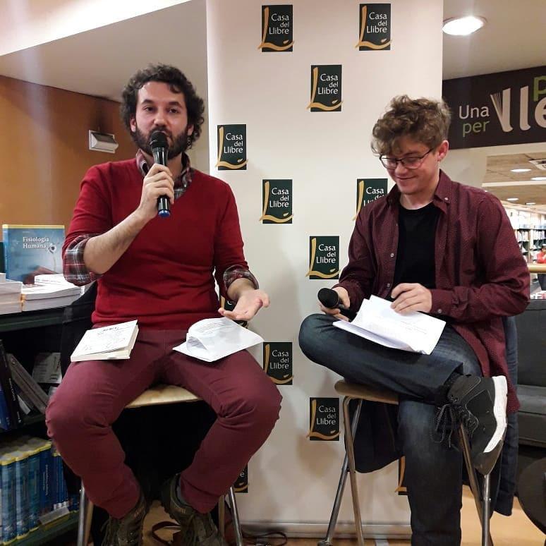 Alejandro Molina Bravo y Bruno Puelles en la presentación conjunta de sus novelas Los días y Concierto para orquesta invisible, en noviembre 2018 en Barcelona