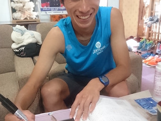 栃木選手が笑顔でサインを