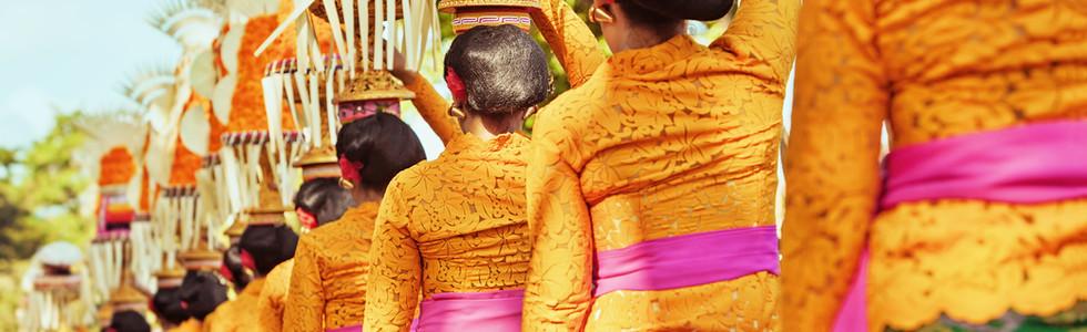 Procession of beautiful Balinese women i