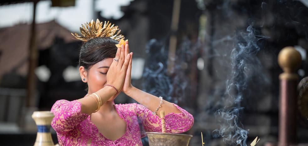 _Beautiful Asian woman prays in the temp
