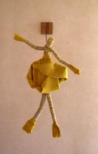 poupee-jaune.jpg