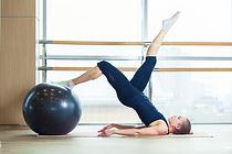 femme faisant du Pilates avec un ballon