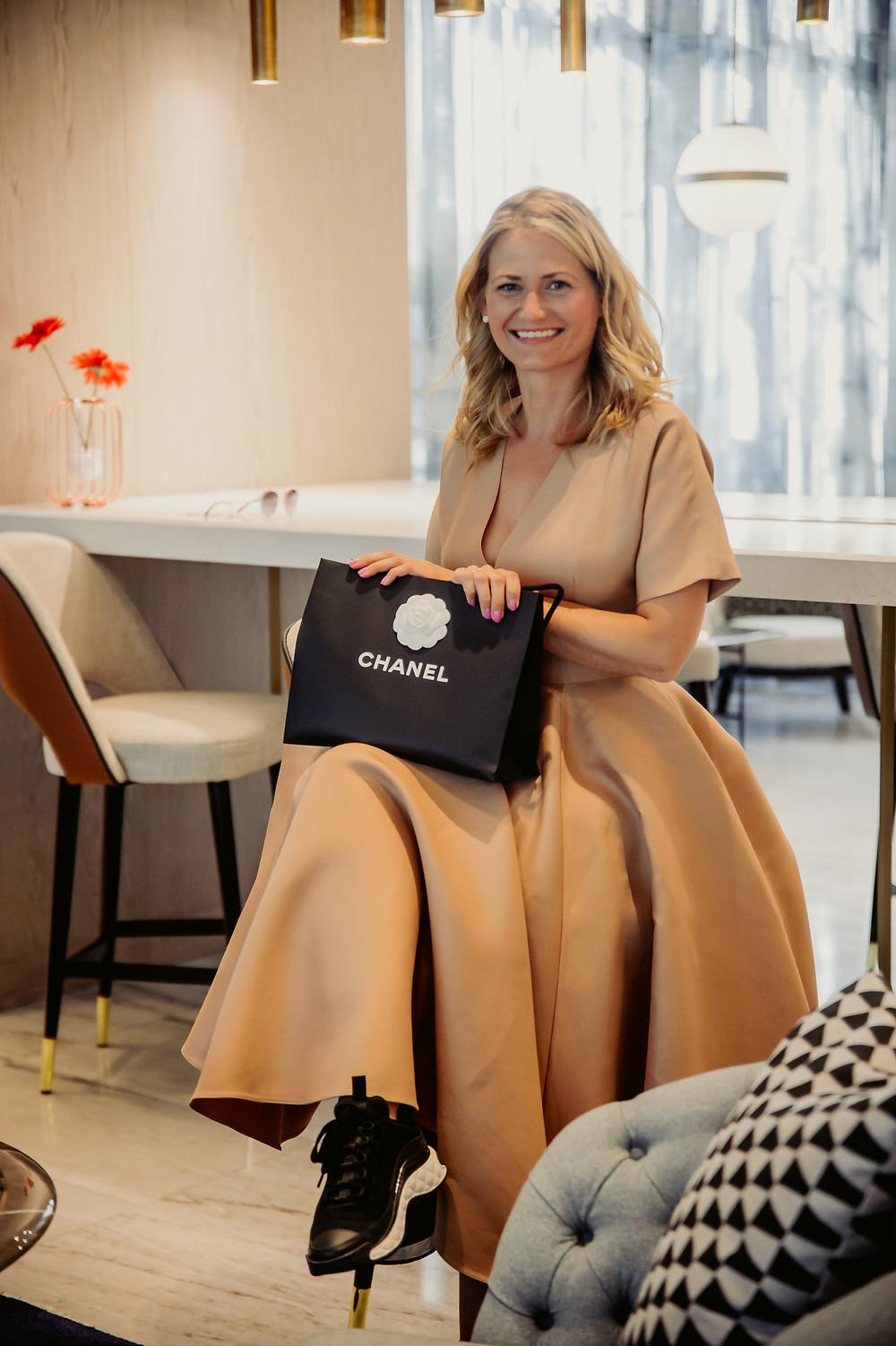 Die Wahrheit über Geld: Jeanine sitzt entspannt mit Chaneltasche