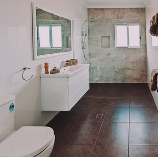 Large ensuite design with level access shower